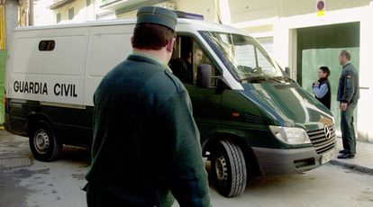 Un furgón policial abandona los juzgados de Santa Fe (Granada) en 2004.