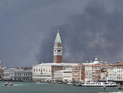 El campanario de San Marcos y el Gran Canal de Venecia, el viernes, bajo la nube provocada por la explosión de una central química cercana.