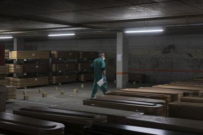 El tanatorio de Collserola (Barcelona) ha almacenando los ataúdes de las víctimas de coronavirus en su aparcamiento subterráneo.