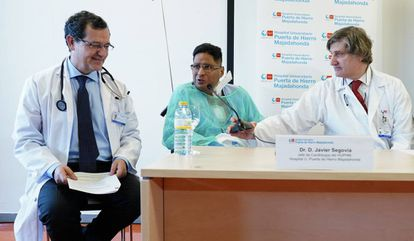 El paciente, Jorge Washington, este lunes con Javier Segovia (i.), jefe del servicio de Cardiología del Puerta de Hierro, y Alberto Forteza, jefe del servicio de Cirugía Cardíaca.