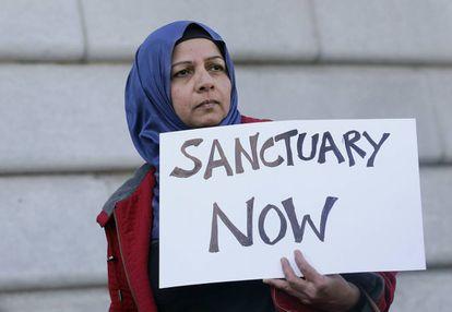 Una mujer frente al Ayuntamiento de San Francisco, el martes, en apoyo a las ciudades santuario.