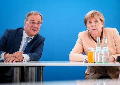 El candidato conservador y presidente de Renania del Norte-Westfalia, Armin Laschet, junto a la canciller Angela Merkel durante un encuentro de la CDU en Berlín el 13 de septiembre.