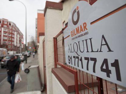 Un cartel de se alquila en las calles de Madrid.