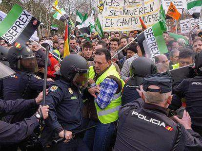Enfrentamientos entre agentes y manifestantes en Don Benito (Badajoz), este miércoles.