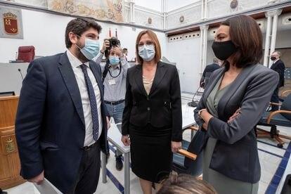El presidente de la Comunidad de Murcia, Fernando López Miras, junto a las consejeras Isabel Franco (centro) y Valle Miguélez, expulsadas por Ciudadanos por no apoyar la moción de censura presentada por PSOE y Cs, el pasado marzo.