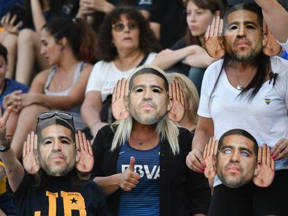 Hinchas de Boca Juniors, con máscaras a favor de Riquelme.