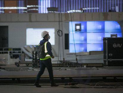 Un operario en los preparativos del Mobile World Congress, antes de su cancelación.