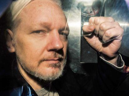 Julian Assange, fundador de Wikileaks, en el interior de una furgoneta a la salida de un tribunal en Londres, en mayo de 2019.