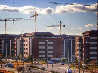 Grúas en la construcción de una promoción de vivienda nueva en Madrid.