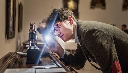 Un coleccionista examina una obra.
