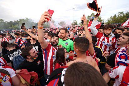 Oblak celebra el título de Liga con la afición del Atlético de Madrid.