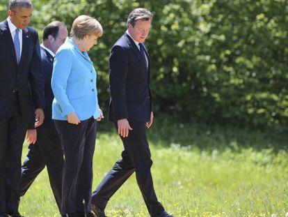 Los presidentes Obama, Hollande, la canciller Merkel y el primer ministro Cameron, pasean junto al castillo Elmau, en Alemania, durante el G-7.