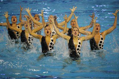 El equipo español de natación artística durante el ejercicio de rutina libre en el Preolímpico que se disputa en la piscina Sant Jordi de Barcelona.
