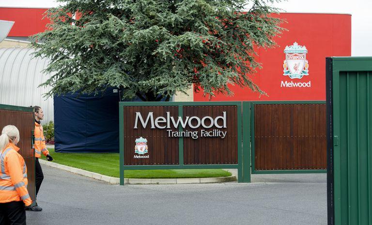 La entrada a las instalaciones de entrenamiento del Livepool, este lunes.