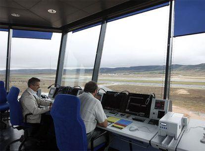 Dos técnico trabajan en la torre de control.