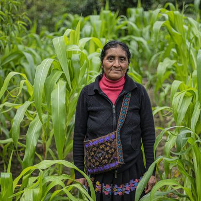 Antonia Sántiz López porta una bolsa elaborada por ella y que muestra la iconografía típica de la zona de Tenejapa, en Chiapas.