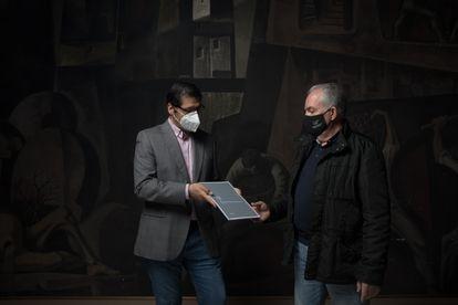 José Manuel Caballero, presidente de la Diputación de Ciudad Real entrega una copia de la sentencia de muerte de Eladio Mora Bastante a Jorge Delgado en el Salón de Plenos de la Diputación.