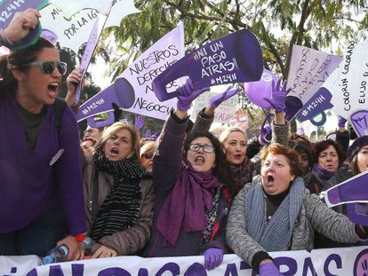 Manifestación feminista convocada en Sevilla frente al Parlamento andaluz, este martes.