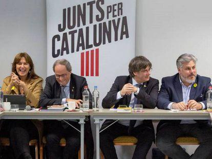 Desde la izquierda: Josep Costa, Laura Borràs, Quim Torra, Carles Puigdemont, Albert Batet y Elsa Artadi, en la reunión de Junts per Catalunya de este lunes en un hotel de Bruselas.