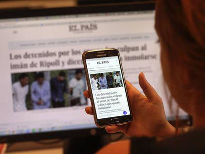 Una lectora de El País consulta la página en su teléfono móvil.