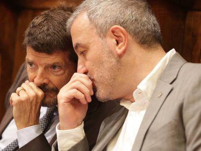 Albert Batlle (izquierda) conversa con Jaume Collboni durante el pleno.