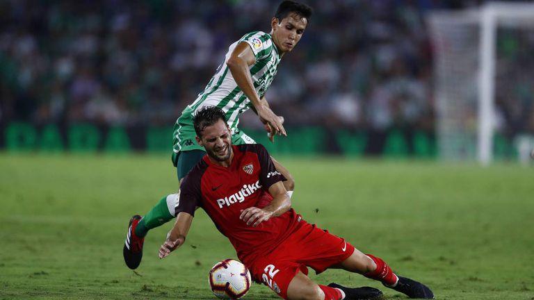 Vázquez, del Sevilla, y Mandi, en el partido de ida en el Villamarín.
