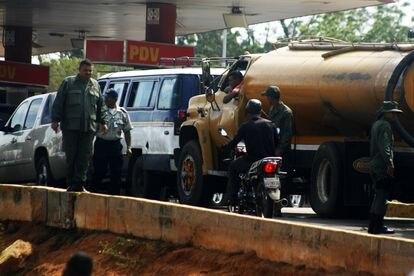 Los venezolanos hacen largas colas para abastecer los tanques de gasolina de sus vehículos el 6 de junio de 2019 en Maracaibo Venezuela.
