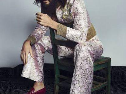 Jared Leto posa en exclusiva para ICON con mono de 'jacquard' rosa bordado con motivos florales y mocasines bicolores. Todo, Gucci.