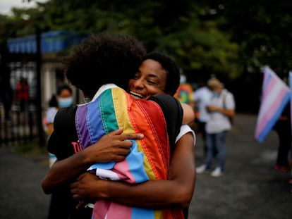 Activistas y miembros de la comunidad LGBTI se manifiestan con motivo del Día Internacional contra la Homofobia, la Transfobia y la Bifobia en El Salvador.