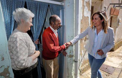 Virginia Calvete visita a dos de sus vecinos en Fuentes de Valdepero.