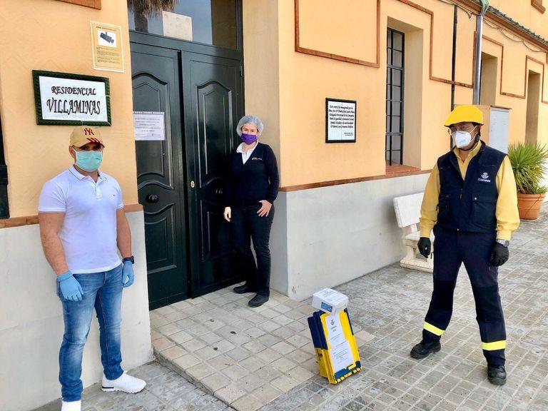 Empleados de Correos reparten mascarillas en Sevilla.