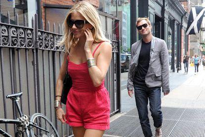 Sienna Miller seguida por Jude Law durante un paseo por Nueva York.
