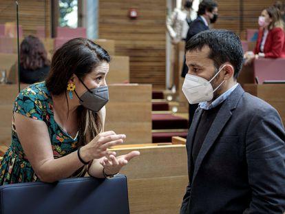 La consejera de Agricultura, Emergencia Climática y Transición Ecológica, Mireia Mollà, con el consejero de Educación, Vicent Marzà, en una sesión del pleno de las Cortes Valencianas.