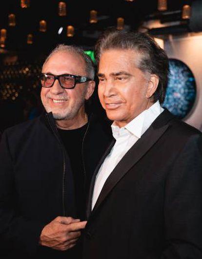 Emilio Estefan y José Luis Rodríguez, El Puma, en el restaurante del productor musical por el 76 cumpleaños del cantante venezolano.