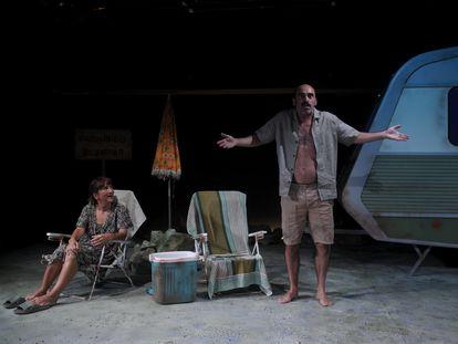Los actores Chani Martín y Pepa Zaragoza actúan en la obra teatral  'Turistas', en el centro cultural Fernán Gómez, en Madrid (España).