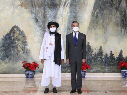 El confundador de los talibanes Mulá Abdul Ghani Baradar y el ministro de Exteriores chino, Wang Yi.