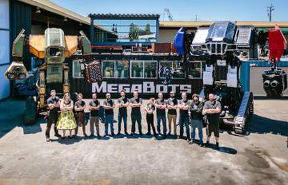 """El equipo de robótica de Megabots junto a sus robots. El """"Eagle Prime"""", a la derecha."""