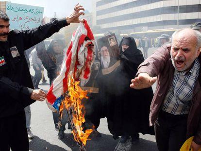 Manifestantes iraníes queman banderas estadounidenses, el pasado viernes en Teherán.
