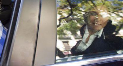 Ana Hermoso, en su coche tras declarar en los juzgados de Sevilla.