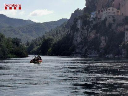 Los Bomberos rastrean el río Ebre en busca de la víctima.