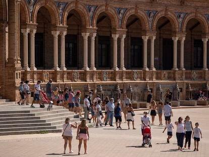 Turistas en la plaza de España de Sevilla, el pasado 3 de septiembre.