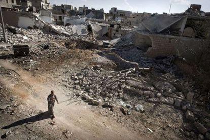 Un hombre camina entre los escombros de la ciudad siria de Saraqib, al suroeste de Aleppo.