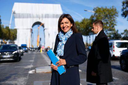 La alcaldesa de París, Anne Hidalgo, posa ante el Arco del Triunfo empaquetado.