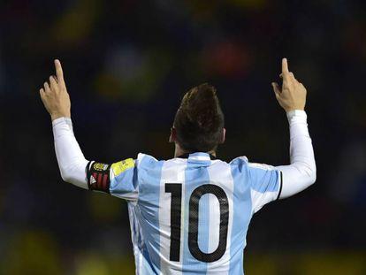 Messi celebra uno de sus tres goles a Ecuador.