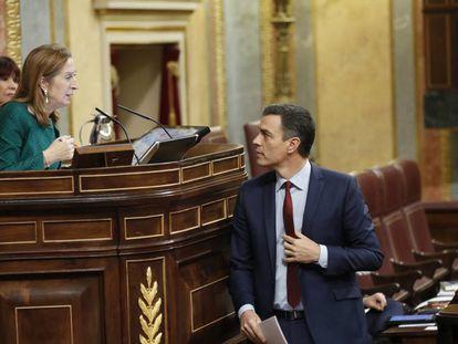 Pedro Sánchez conversa con Ana Pastor en la última sesión de control del Congreso de la XII legislatura.