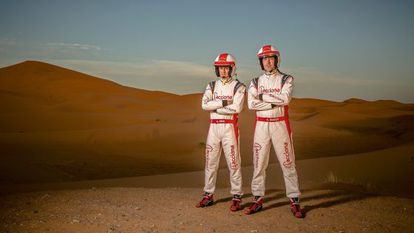 """Bosch (derecha) y Payá son conscientes de su arriesgada odisea: """"Creo que las probabilidades de completar el Dakar bajan al 25%""""."""