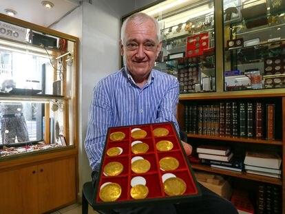 Ángel Fernández, propietario de la tienda 'Numismática 25' en la calle Mayor de Madrid.
