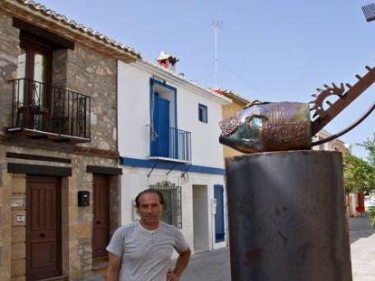 Salvador Mollà, junto a una de sus obras, en Dénia.