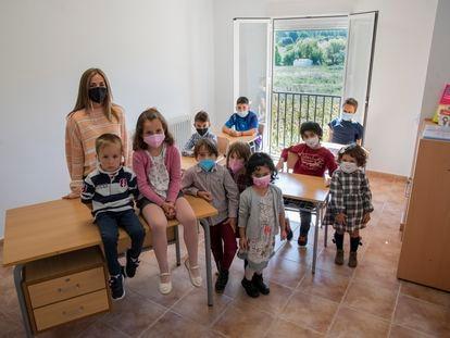 La profesora María Chumillas, con los 10 alumnos del colegio rural Elena Fortún, en Fuentenava de Jábaga.