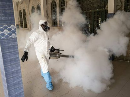 Desinfección de una mezquita en Dakar (Senegal) para frenar la expansión del coronavirus.
